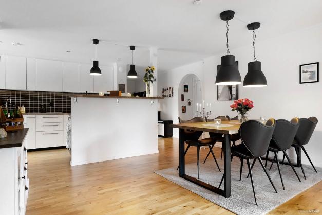 Rymlig matrumsdel öppet mot kök