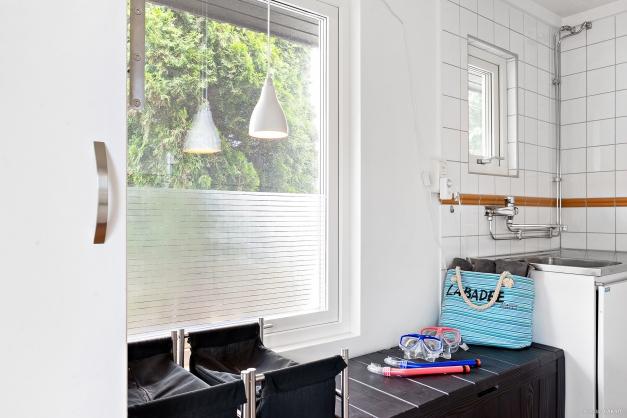 Fräsch tvättstuga med praktiska arbetsytor