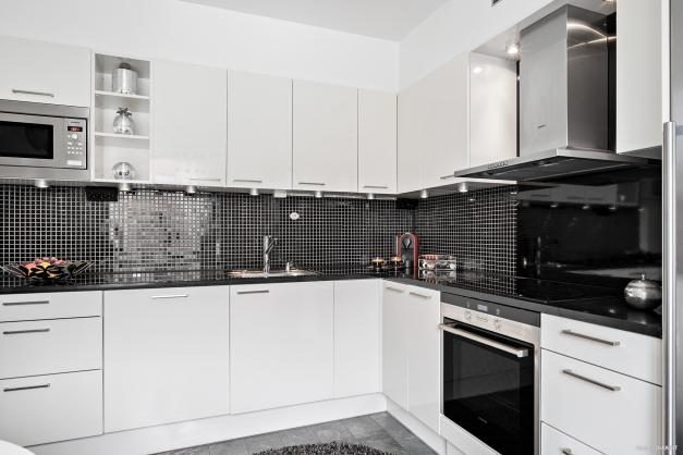 Stilfullt kök som är extra påkostat med granitbänkskiva