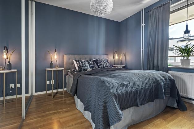 Rymligt sovrum med plats för dubbelsäng. Skjutdörrsgarderob med god plats för förvaring.