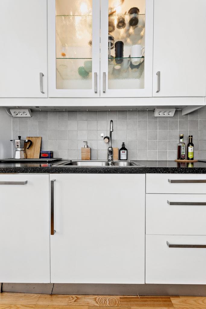 Modernt kök med vitrindel