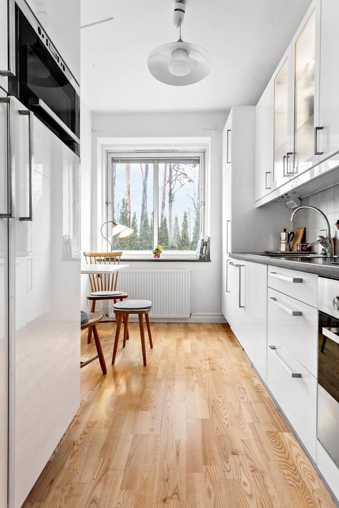 Modernt kök med plats för matbord