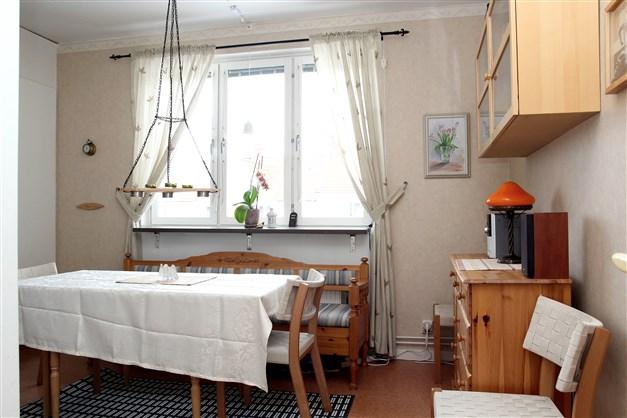 Kök med plats för matbord