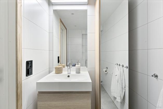 TOALETT - Helkaklat toalett med spegelskåp