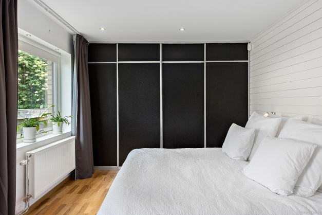 SOVRUM 1 - Största sovrummet med hel garderobsvägg