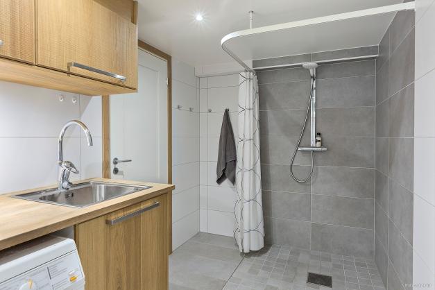 TVÄTTSTUGA & DUSCH - Stor duschhörna med spottar i tak och ingång till pannrummet