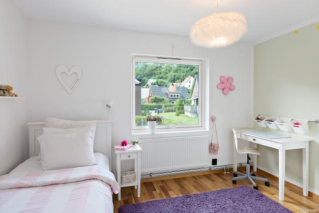 SOVRUM 2 - Ljust rymligt sovrum med plats för dubbelsäng och garderober