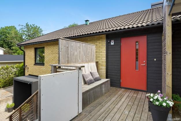 ÖVRE ENTRÉ - Fin röd dörr och platsbyggd bänk och grindar för de små barnen