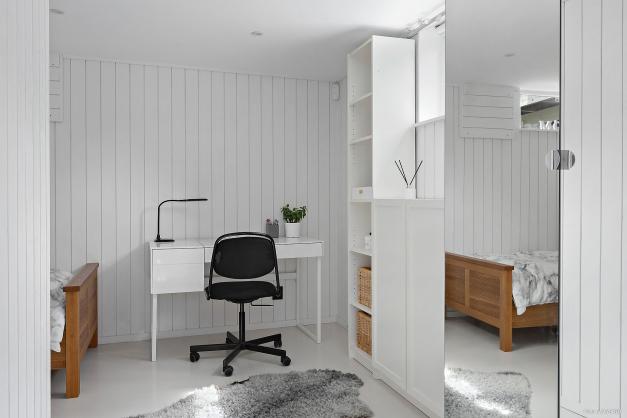 SOVRUM 5 - Mysigt sovrum i vinkel med plats för bred säng, skrivbord och garderob