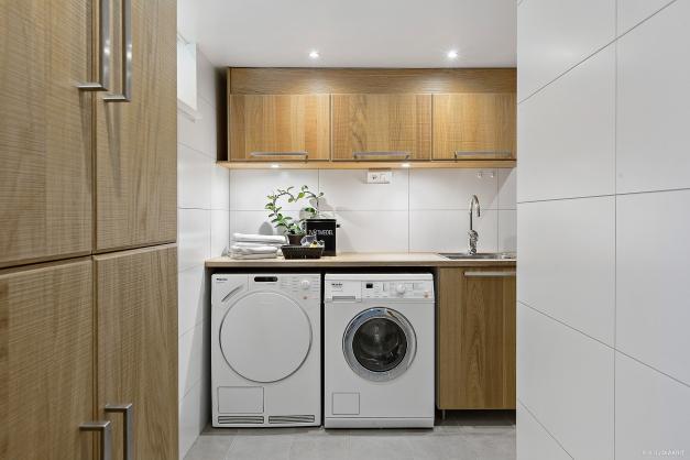 TVÄTTSTUGA & DUSCH - Stilfull helkaklat tvättstuga med golvvärme  och mycket bra förvaring