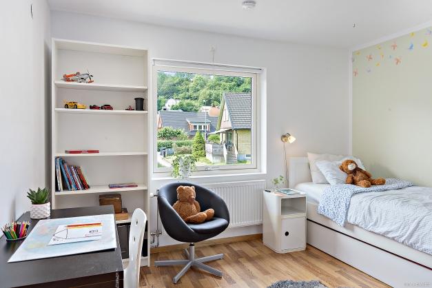 SOVRUM 3 - Ljust rymligt sovrum med plats för dubbelsäng och garderober