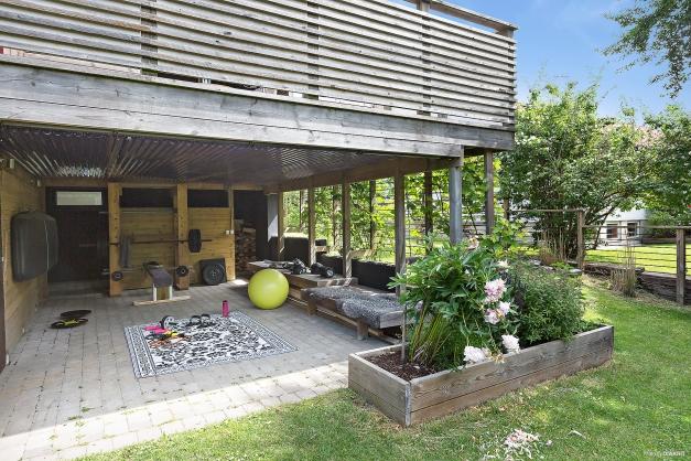 UTERUM - Härlig yta under altanen som bl.a. används för träning med ingång till trädgårdsförråd
