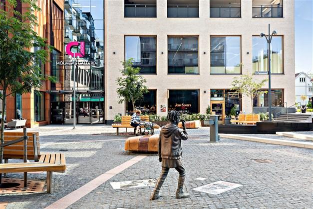 MÖLNDALS CENTRUM - Här finns något för alla med bibliotek, galleria, caféer och restauranger