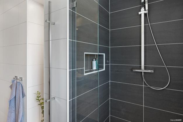 BADRUM - Duschhörna med svängbar glasdörr och fin inbyggd avsats med ljus