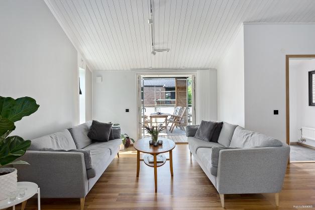 VARDAGSRUM - Stort ljust vardagsrum med egen entré