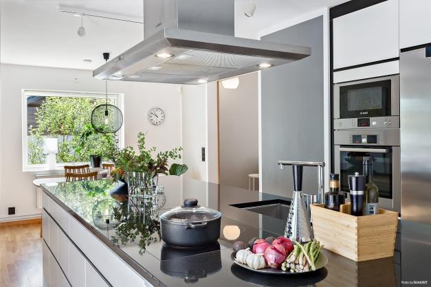 KÖK - Stor fin arbetsplats i form av stor köksö med fantastisk gratinskiva
