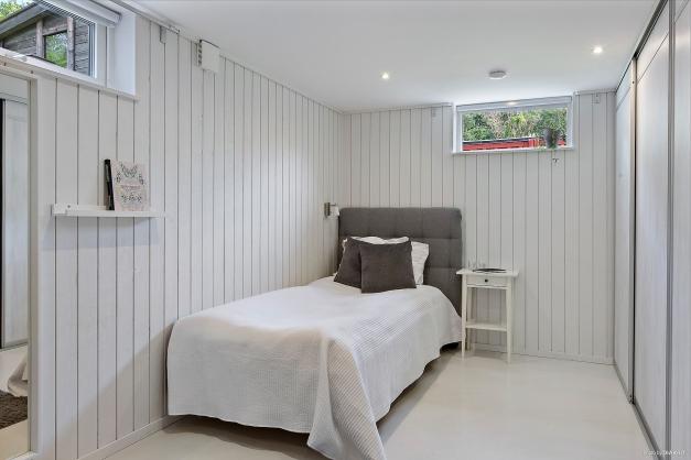 SOVRUM 4 - Rymligt sovrum med två fönster och skjutdörrsgarderob