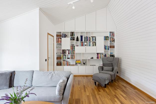 VARDAGSRUM - Öppnat upp till taknock och platsbyggd hylla och skåp