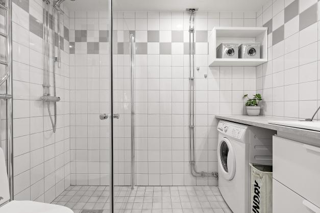 Stambytt badrum med helkaklade väggar