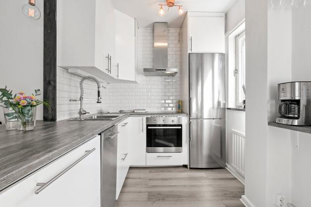 Snyggt renoverat kök i vitt och rostfritt