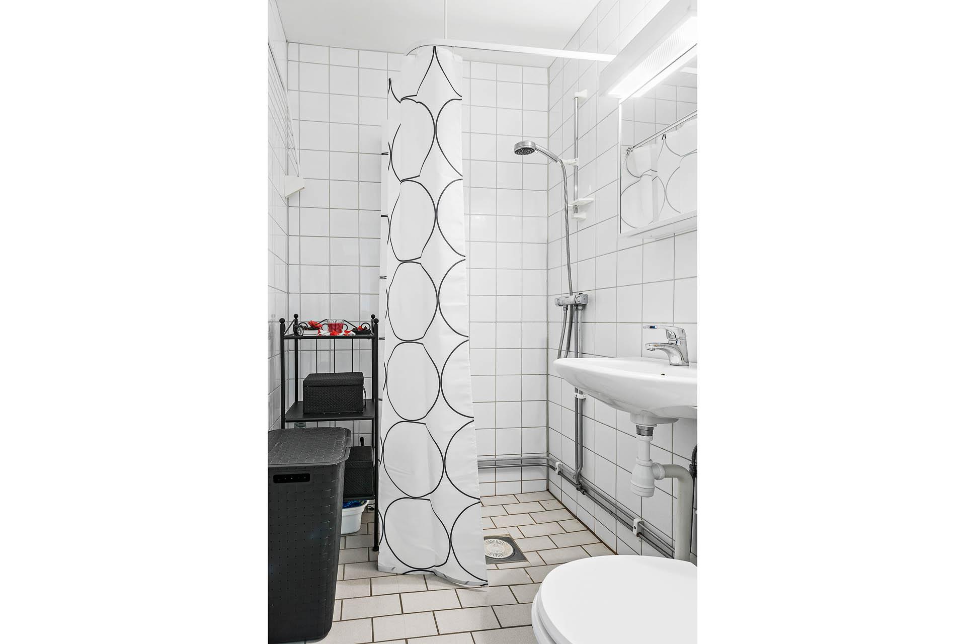 Kaklat badrum med dusch.