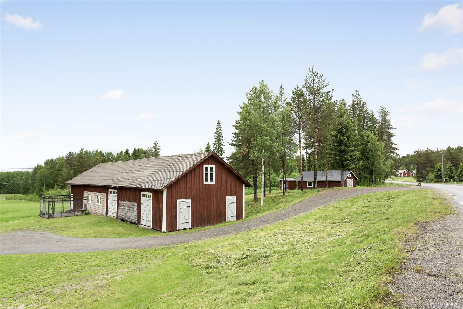 Ladugårdslänga och uthusbyggnad