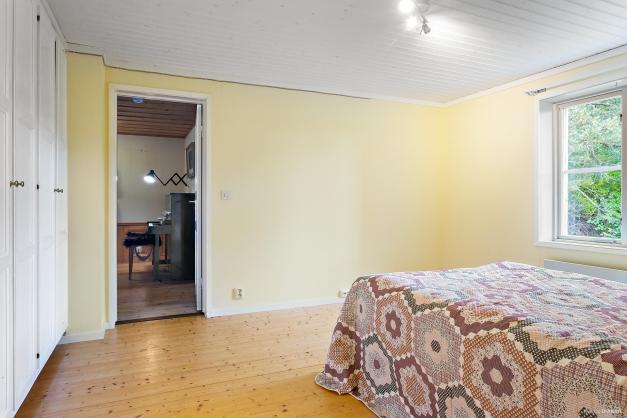 Stort sovrum med gott om garderober