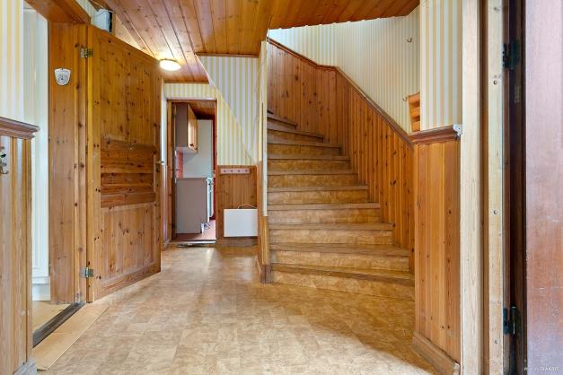 Hall med trapp till övervåningen