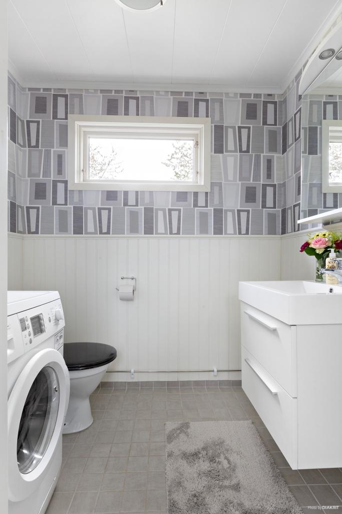 Toalett i entréplan med golvvärme och tvättmaskin