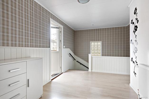 Övre möblerbar hall med utgång till balkong