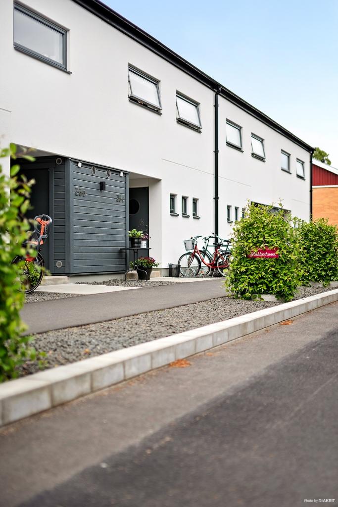 Plats för cyklar och en och annan kruka intill entrén
