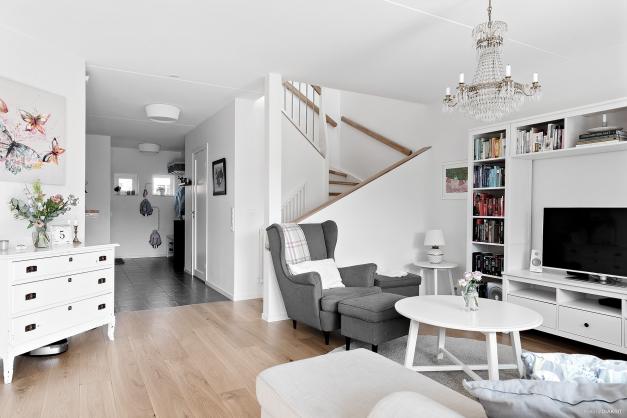 Vardagsrummet och trappan upp till ovanvåningen