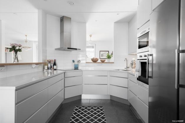 Snyggt kök med luckor i ljusgrå ton, ljus copositbänkskiva, tåligt. Köket är från Ballingslöv