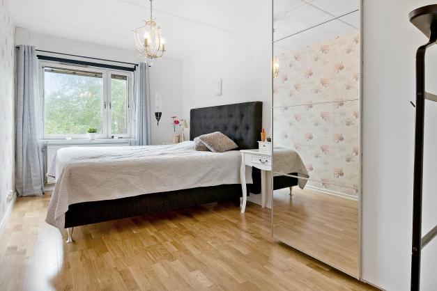 Stora sovrummet med garderober