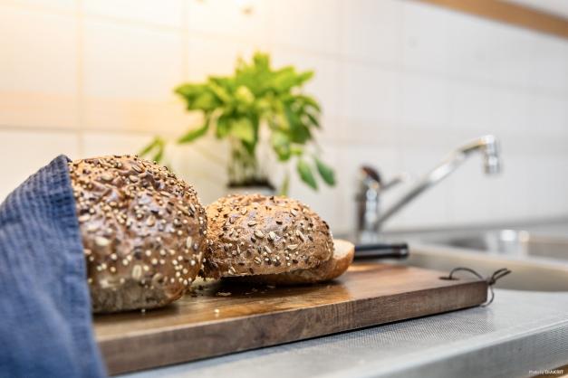 Nybakt bröd till helgfrukosten