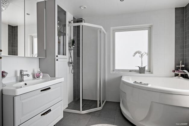 Helkaklat badrum med både dusch och bubbelbadkar