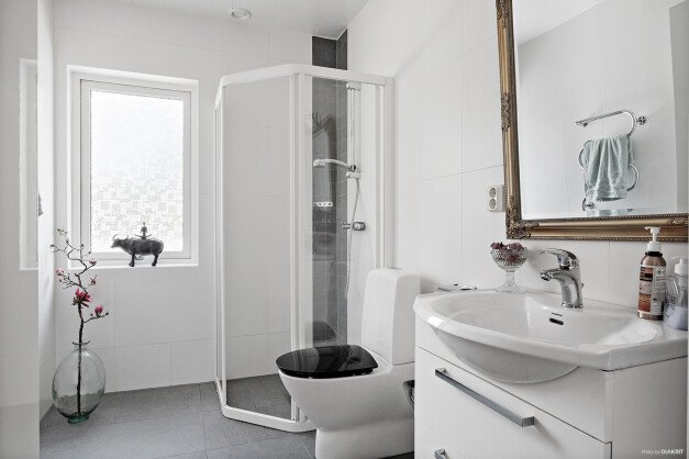 Ytterligare ett helkaklat och smakfullt badrum