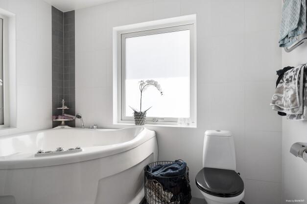 Härligt med de två stora fönstren i badrummet