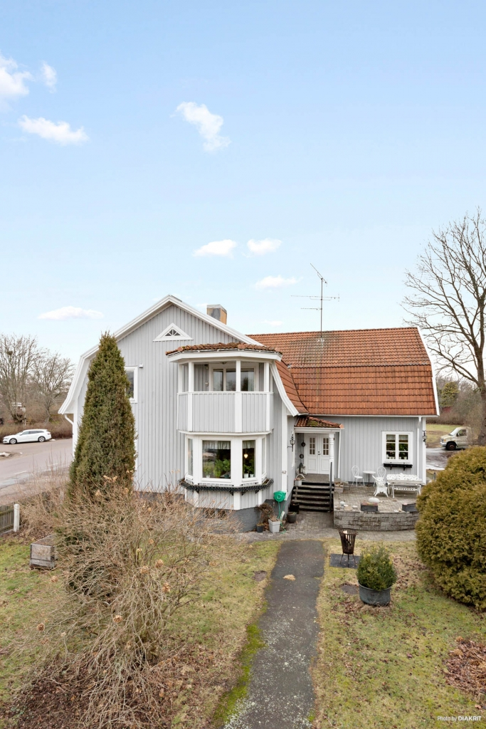 Tillbyggt och rymlig villa