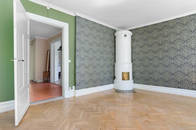 Finrummet har vackert golv och kakelugn