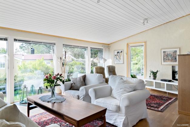 Stora fönster och utgång till altan och trädgård ifrån vardagsrummet