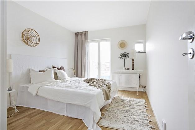 En trappa upp ligger tre sovrum och ett mångsidigt allrum med balkong. Här kan du inreda fritt för arbete, lek och samvaro.
