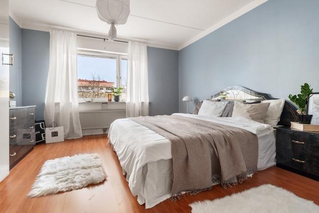 Stora sovrummet med plats för dubbelsängen samt extra förvaring