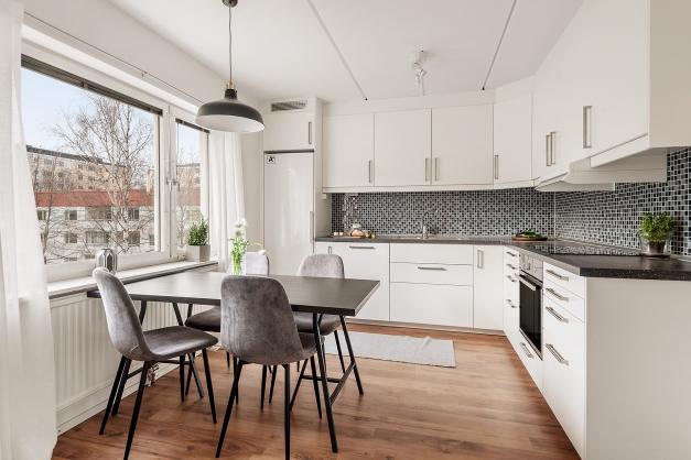 Renoverat rymligt kök mad matplats för 4-6 personer invid fönster