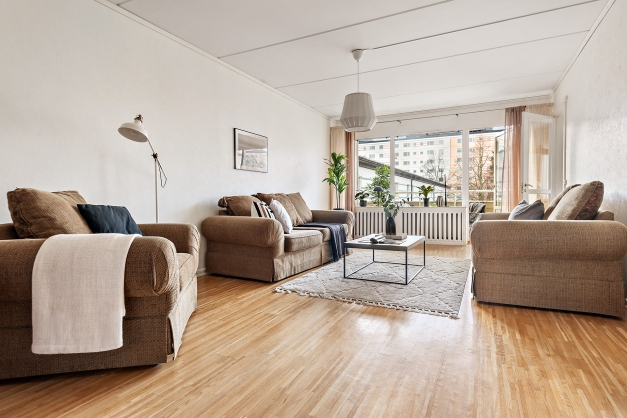 Rejält stort och ljust vardagsrum med utgång till balkong