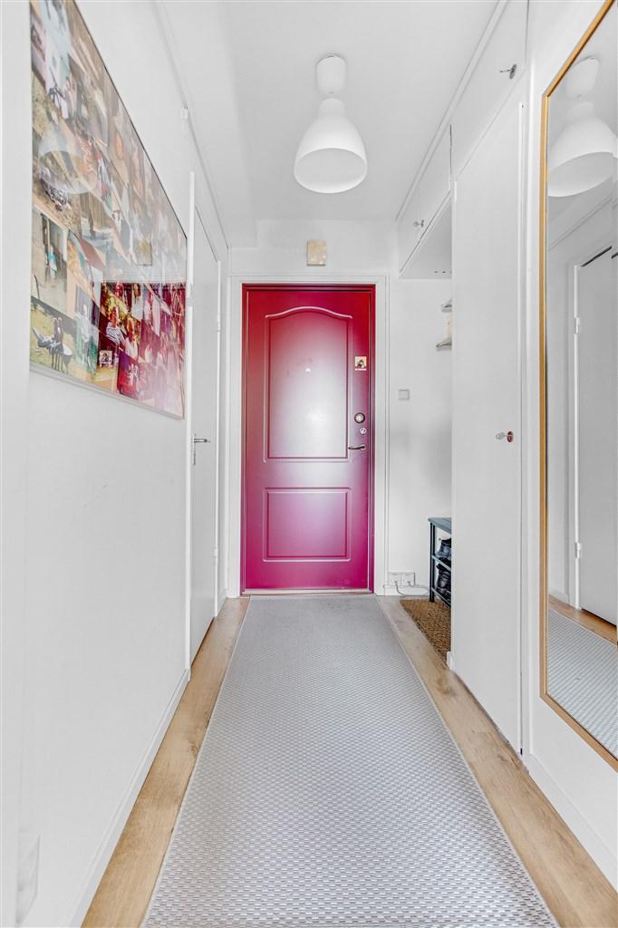 Välkommen in i hallen med garderober och ingång till dusch/wc.