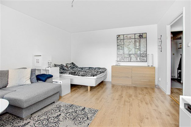 I vardagsrummet finns utrymme för både soffa och säng alternativt matmöbel.