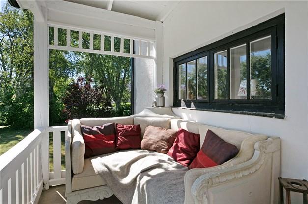Entré med veranda.