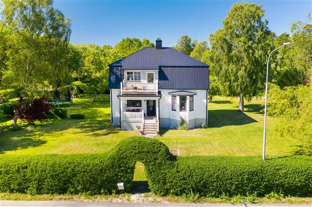 Vackert hus från 30-talet med burspråk och charmig veranda med balkong på husets framsida.