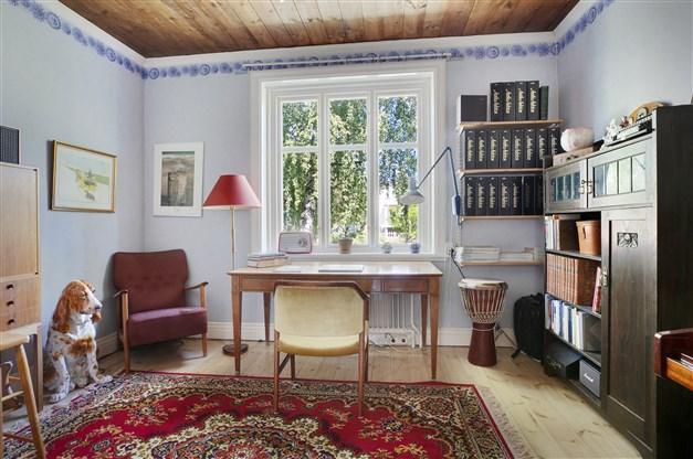 Sovrum/arbetsrum med trägolv.